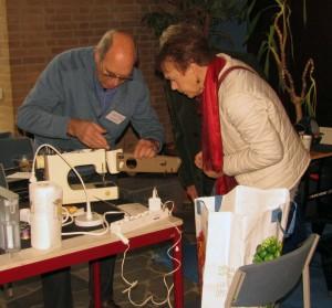 Deze haperende naaimachine was één van de vele voorwerpen die weer aan de praat kwamen door een behandeling bij Repair Café Oegstgeest. (Foto PR/Bram van der Loeff)