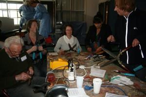 Bezoekers aan het Repair Café in de Montessorischool leerden hoe je tuingereedschap zelf kunt slijpen.  Foto PR