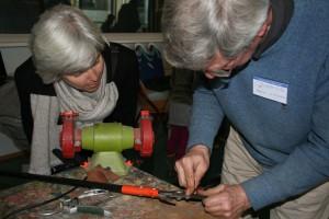 Snoeischaar en heggenschaar worden weer heerlijk scherp met een wetsteentje. Dat leer je zelf te doen in de workshop 'Scherp de tuin in' van Repair Café Oegstgeest op 25 april in buurthuis De Kratong (foto Frans Malten).