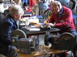 Vrijwilligers van Repair Café Oegstgeest zijn deskundig in het slijpen en onderhouden van tuingereedschap. (fotocredit: Foto PR/RCO)