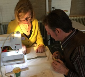 Bij het Repair Café werken bezoekers en reparateur samen aan de klus. fotocredit: Foto PR/RCO