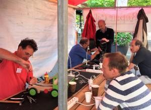 Op de Lange Voort assisteren vrijwilligers van Repair Café Oegstgeest bij het maken van kapotte spullen uit het huishouden.   Fotocredit: Repair Café Oegstgeest