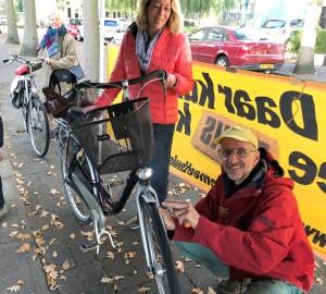 De Fietsersbond, Repair Café Oegstgeest en Bike Totaal Van Hulst helpen zaterdag bij het Dorpscentrum iedereen bij het verbeteren van de fietsverlichting. Foto PR/Repair Café Oegstgeest