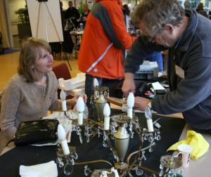 Deze kroonluchter bijvoorbeeld kan weer schitteren met deskundige hulp van Repair Café Oegstgeest op 23 januari.