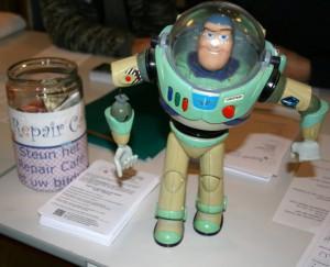 Ook voor speelgoed geldt: 'Weggooien? Mooi niet!' Repair Café Oegstgeest helpt op 27 februari bij het repareren van alles dat de moeite waard is. Foto PR, Frans Malten