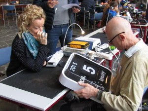 Behalve deze klok kreeg ook veel tuingereedschap een onderhoudsbeurt bij Repair Café Oegstgeest, zaterdag 10 maart in het Dorpscentrum. (fotocredit: Foto PR/RCO