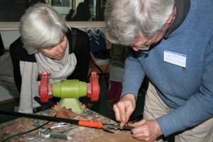 Slijpen en onderhoud van tuingereedschap, één van de vele klusjes die je op 10 maart uitvoert met vrijwilligers van Repair Café Oegstgeest. fotocredit: Foto PR/RCO