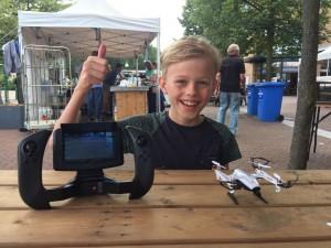 Olivier met zijn gadget; de gerepareerde drone