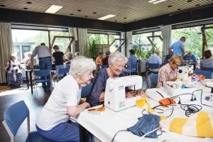 Vrijwilligers van Repair Café Oegstgeest zoeken met iedere bezoeker naar de oplossing van het probleem. Foto PR Marius Roos